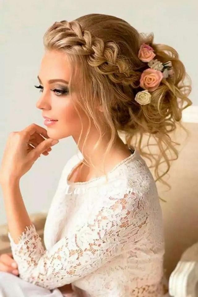 Capelli legati a treccia con fiori Acconciature Da Sposa Con Trecce 175e6cd1ca2c