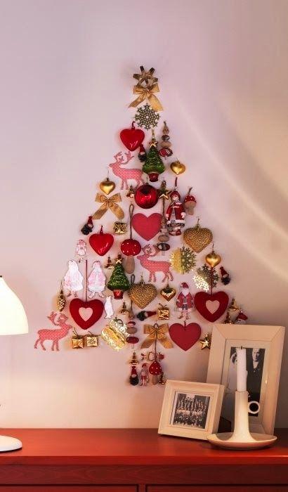 Árboles de Navidad planos en pared, con adornos navidad