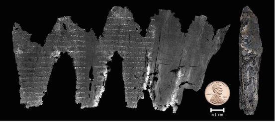 """des scientifiques ont pu """"déballer virtuellement"""" un manuscrit de la Mer Morte calciné vieux de 1700 ans. Le rouleau carbonisé a été découvert en 1970 sur le site d'En Gedi près de la Mer Morte en Israël. Les scans ont révélé le texte du manuscrit, qui sont des passages du Lévitique"""