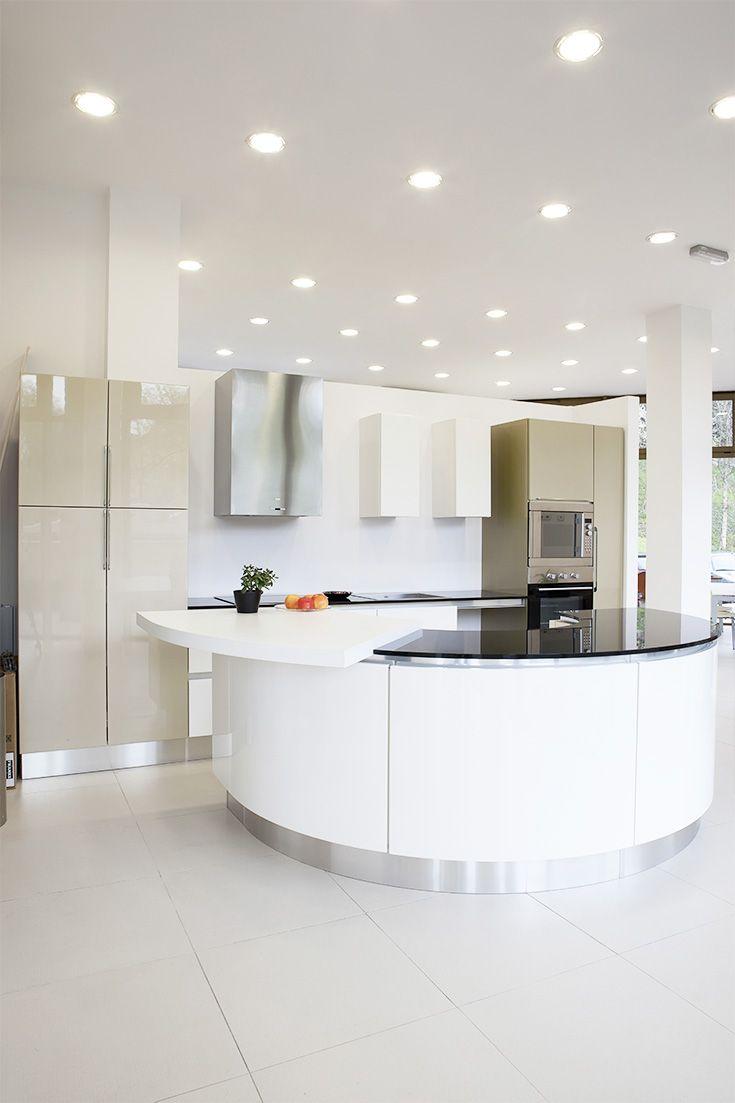 Abgehängte Decke in einer modernen offenen Küche mit neutralweissen ...