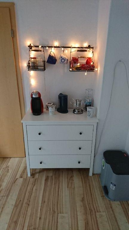 kleine tee ecke stange mit haltek rben und allen wichtigen zutaten tassen kaffeemaschine und. Black Bedroom Furniture Sets. Home Design Ideas