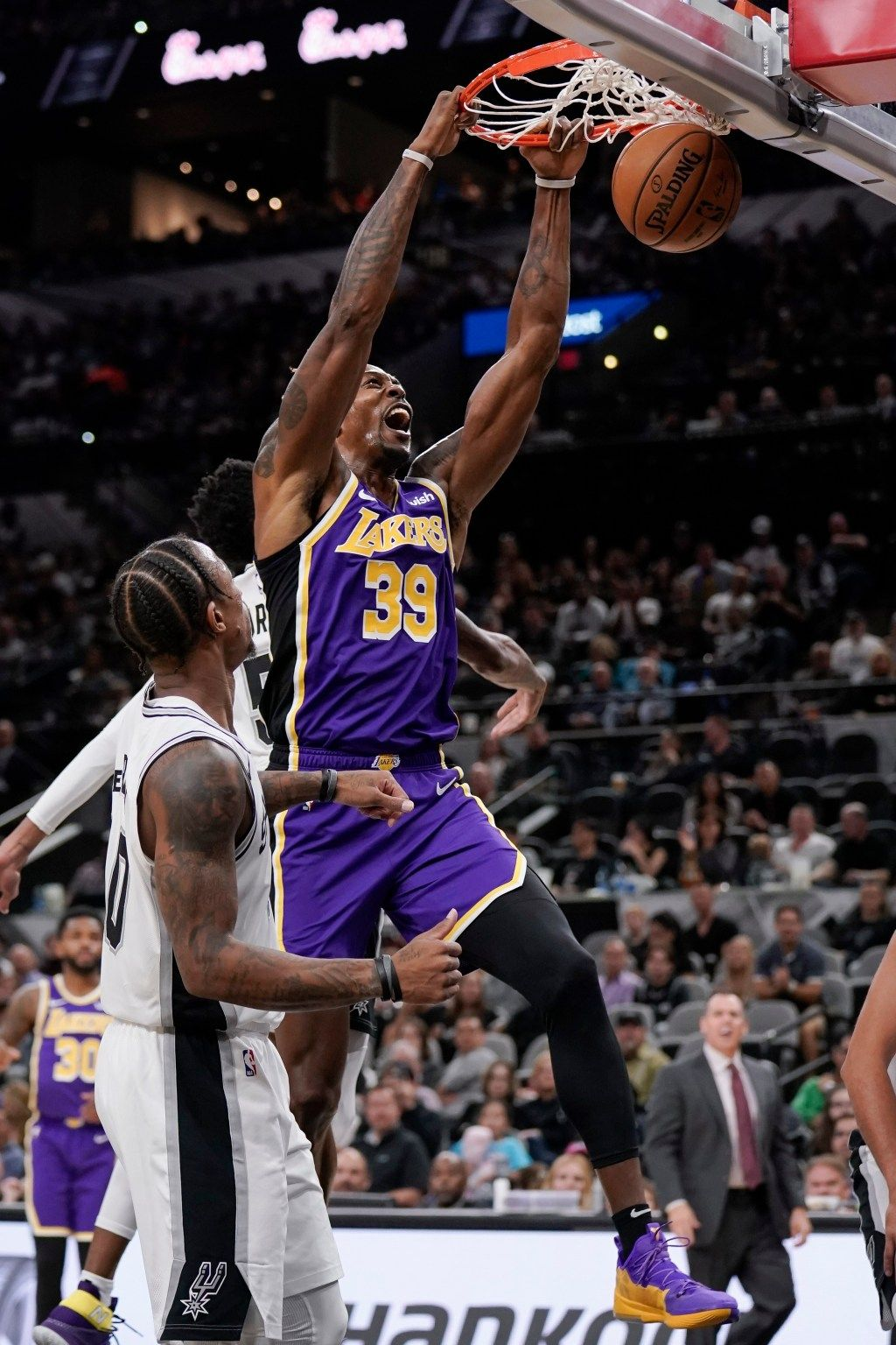 Dwight Howard And Supporting Cast Help Lakers Edge Spurs For Fifth Straight Win Dwight Howard Lakers Dwight