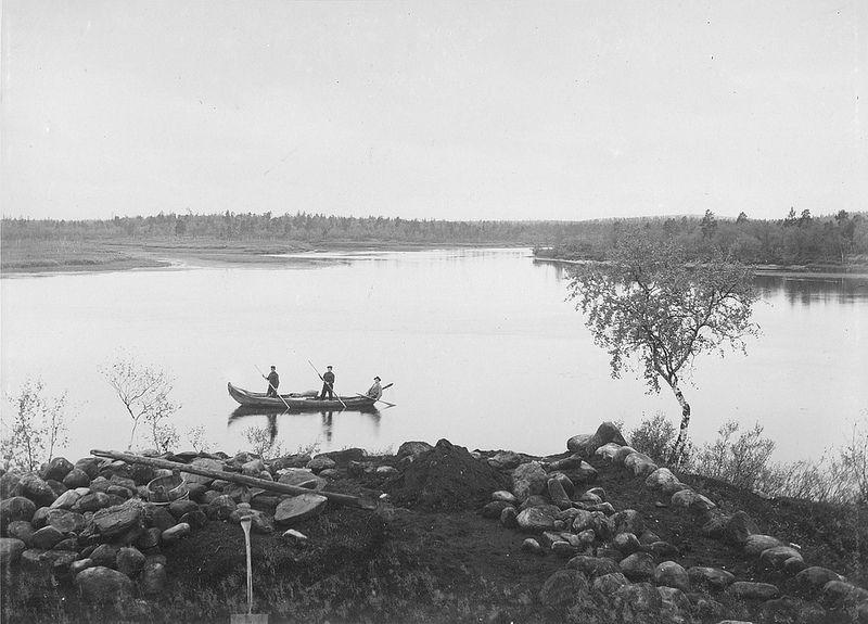 1901. Traditional Sami grave - mound of stones w. antiquities. Pasvik, Sør-Varanger in Norway. Stone-Age. En tradisjonell samisk steinalder grav med oldsaker i Pasvik Norge. Graven er der en haug med steiner ligger.