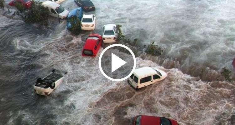 El mar arrastró autos parqueados cerca del Malecón - CiberCuba
