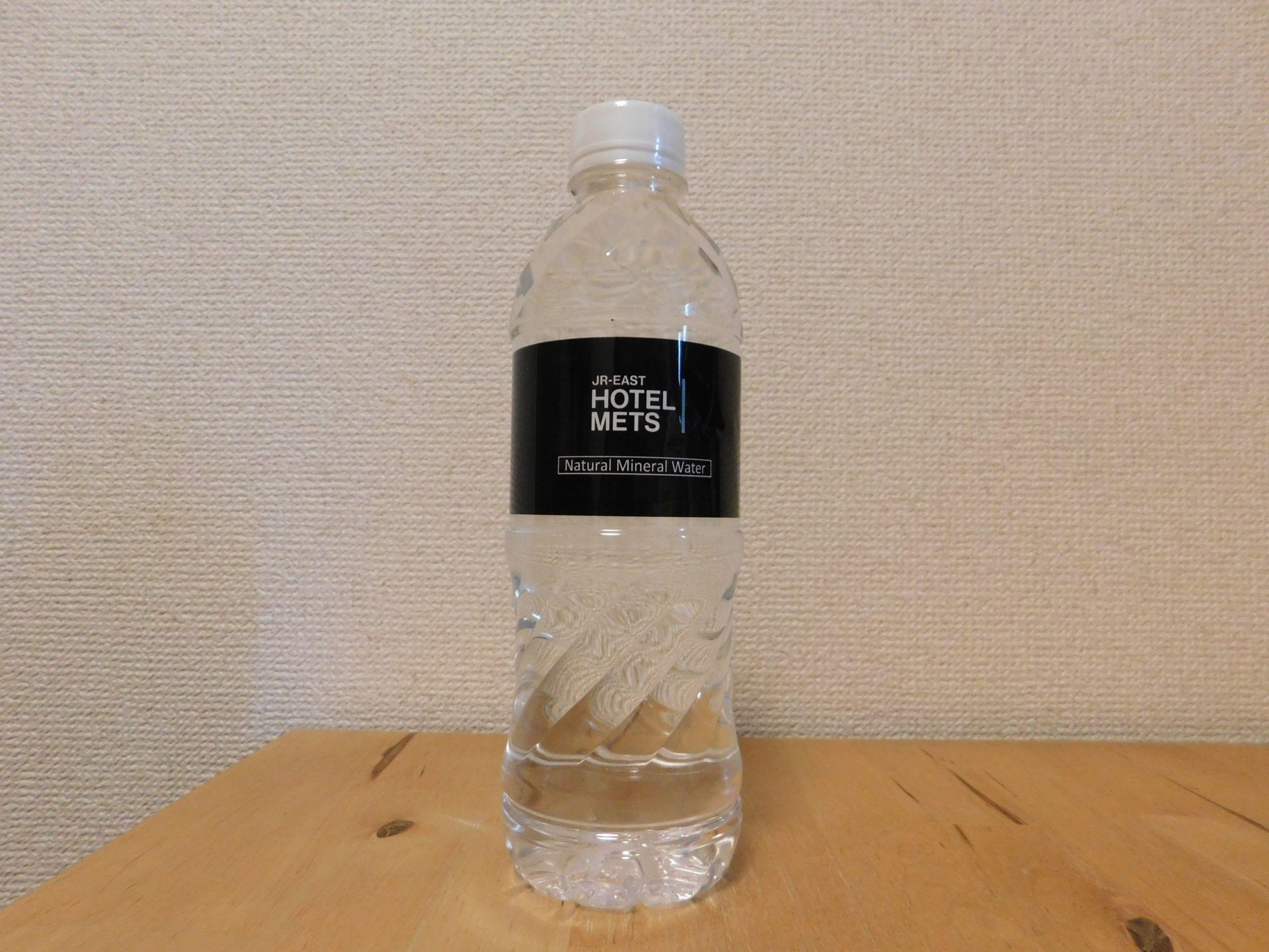 最近はウェルカムウォーターとして チェックイン時に無料で飲めるミネラルウォーターを オリジナルで製作する所が増えてきた この製品は岐阜県関市で採れた水をボトリングしている 原水は環境省が選定する日本名水百選に選ばれている ホテルの水らしくキャップに
