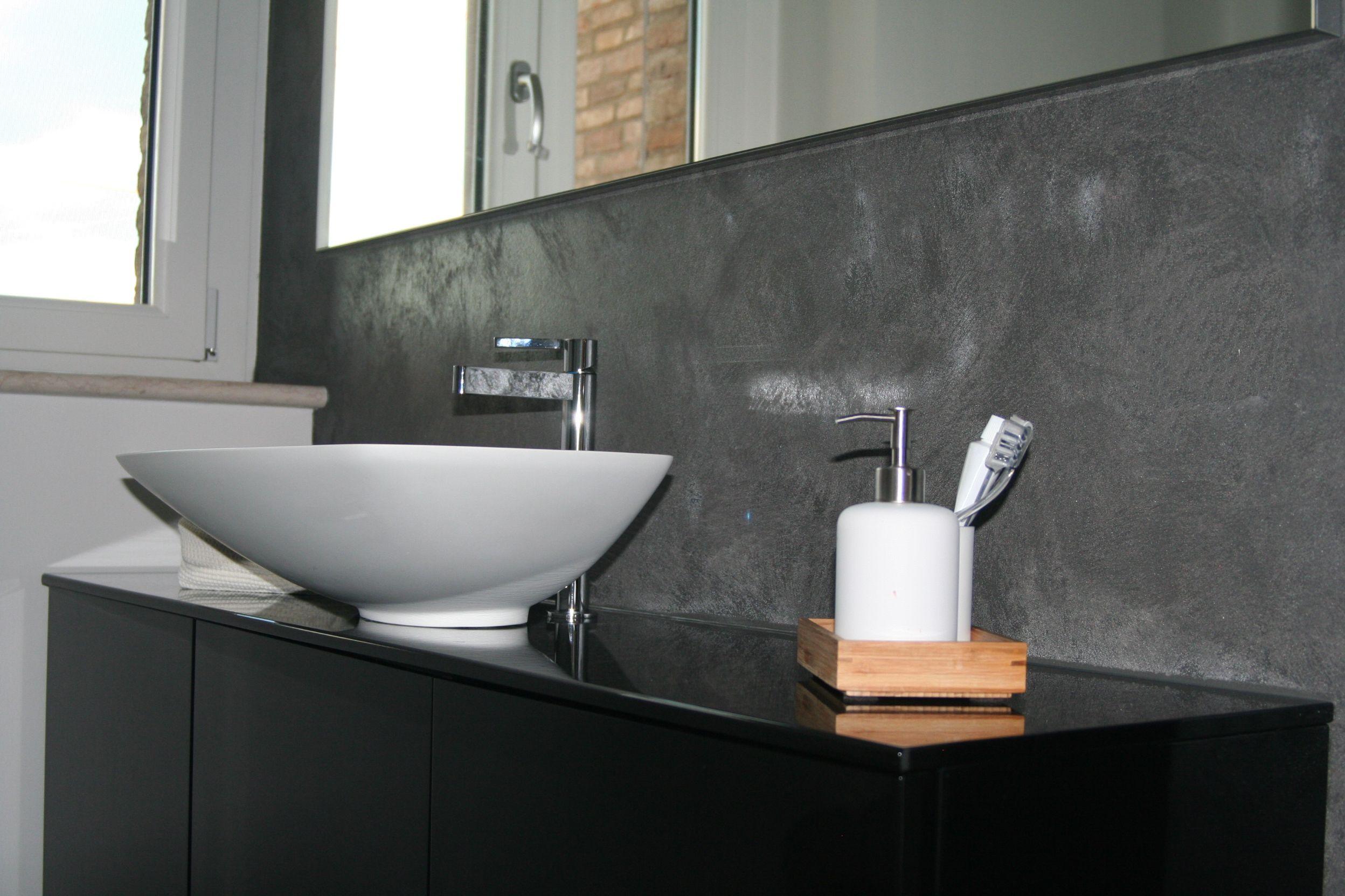 Mobiletto Bagno laccato nero con lavabo in Tekor tutto fuori  Realizzazioni  Bathroom Bathtub