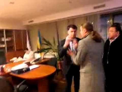 """En el vídeo, los diputados del partido Svoboda Bogdan Benyuk, Andrej Iljenko e Igor Miroshnichenko, con algunos ayudantes, agreden al director del """"Primer Canal Nacional"""" (única televisión estatal ucraniana) y lo obligan a escribir una carta de dimisión. ¿El motivo? Haber transmitido la intervención de Putin desde el Kremlin.  Esta es la versión corta del vídeo, grabado y luego difundido por los mismos fascistas, como documentamos en semanas pasadas, """"para dar ejemplo"""" e infundir temor."""