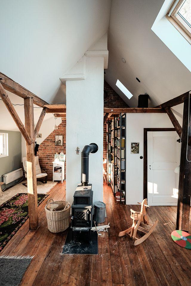 Dachausbau in einer alten Scheune – Wohnzimmer im Spitzboden mit frei stehendem … – Projekte – Gröne Architektur