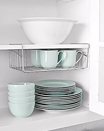 Mit einem Drahtkorb kann man verschenkten Platz im Geschirrschrank - ordnung in der küche