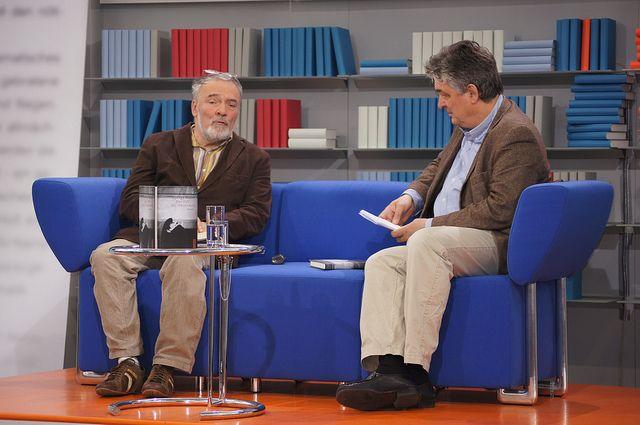 György Dalos auf dem Blauen Sofa der LBM 2012 by Das blaue Sofa, via Flickr