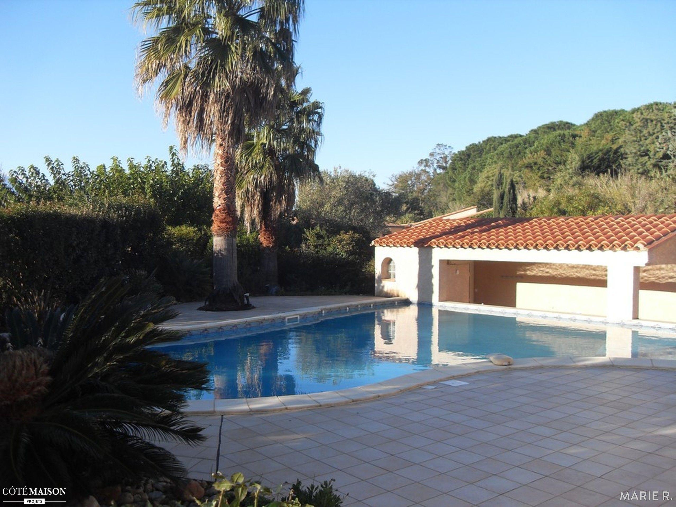 Piscine dans un environnement m diterran en autour de la for Hotel perpignan avec piscine