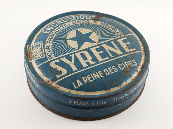 Boite vintage en métal bleu Syrène La reine des cires. Fabriquée à Strasbourg, dans le quartier du Neudorf, cette cire servait pour les parquets, linos et meubles.  φ Conditions : rouillée, traces dusures (voir photos). Il reste des résidus de cire à lintérieur de la boîte.  φ