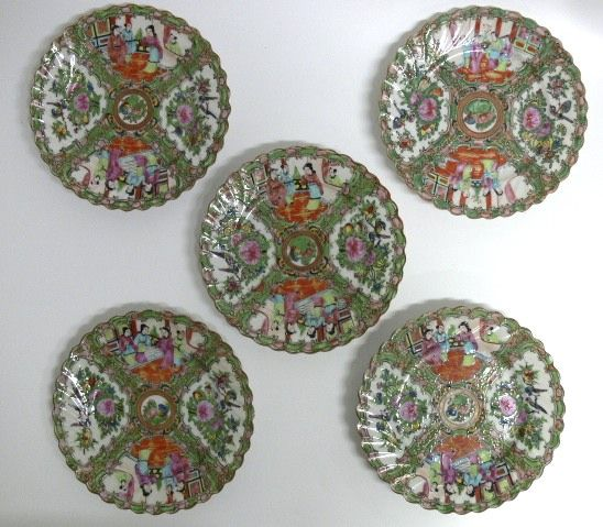 Orginal 5 Teller  aus China Famille Rose um 1900 Teller China Medaillon Rose Emaile Malerei ( Schmelzfarben ) Figuren Rosen Vögel 2 Teller haben minimale Chip ( siehe Fotos ) Durchmesser:  18 cm $250.00