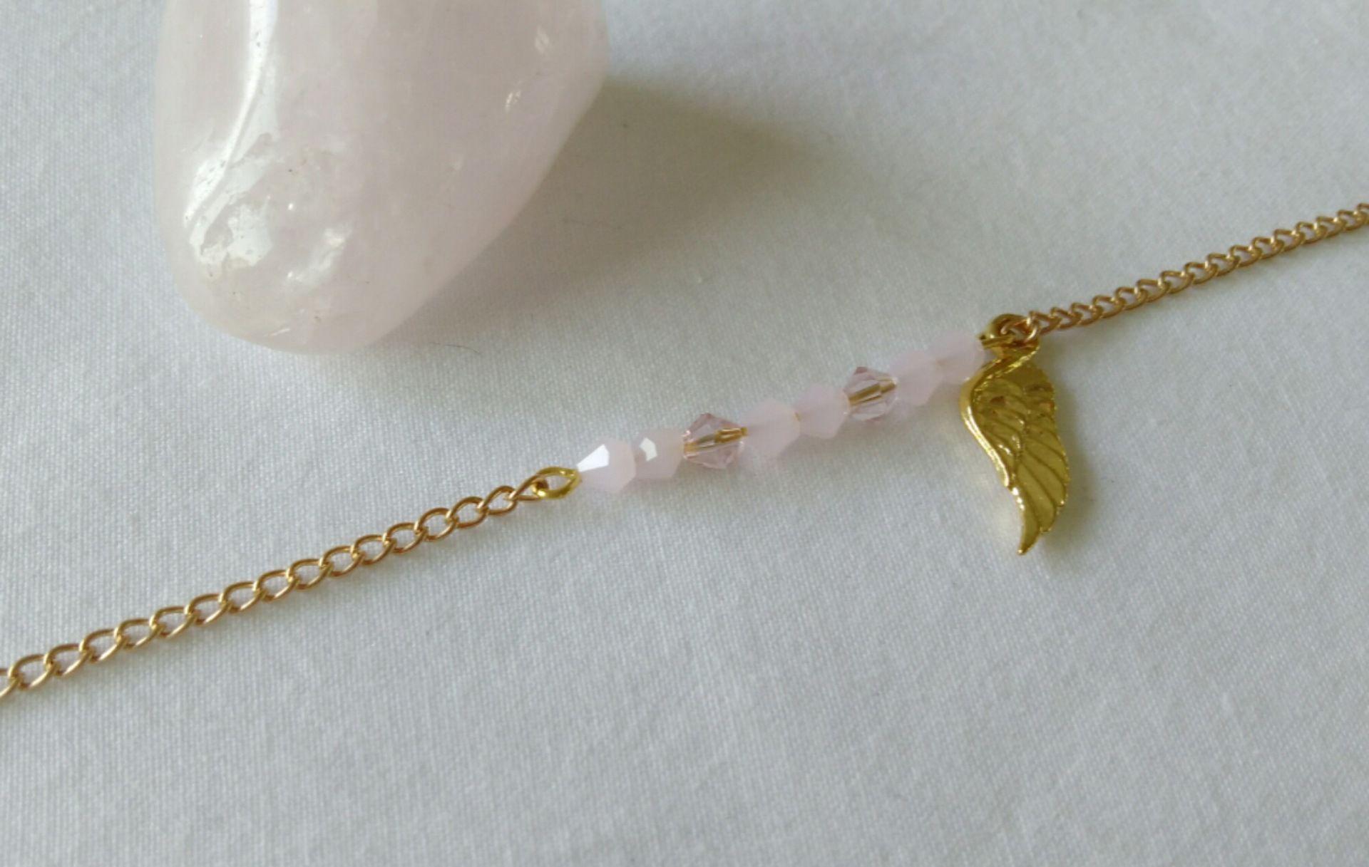 bracelet métal doré, perles en verre et breloque
