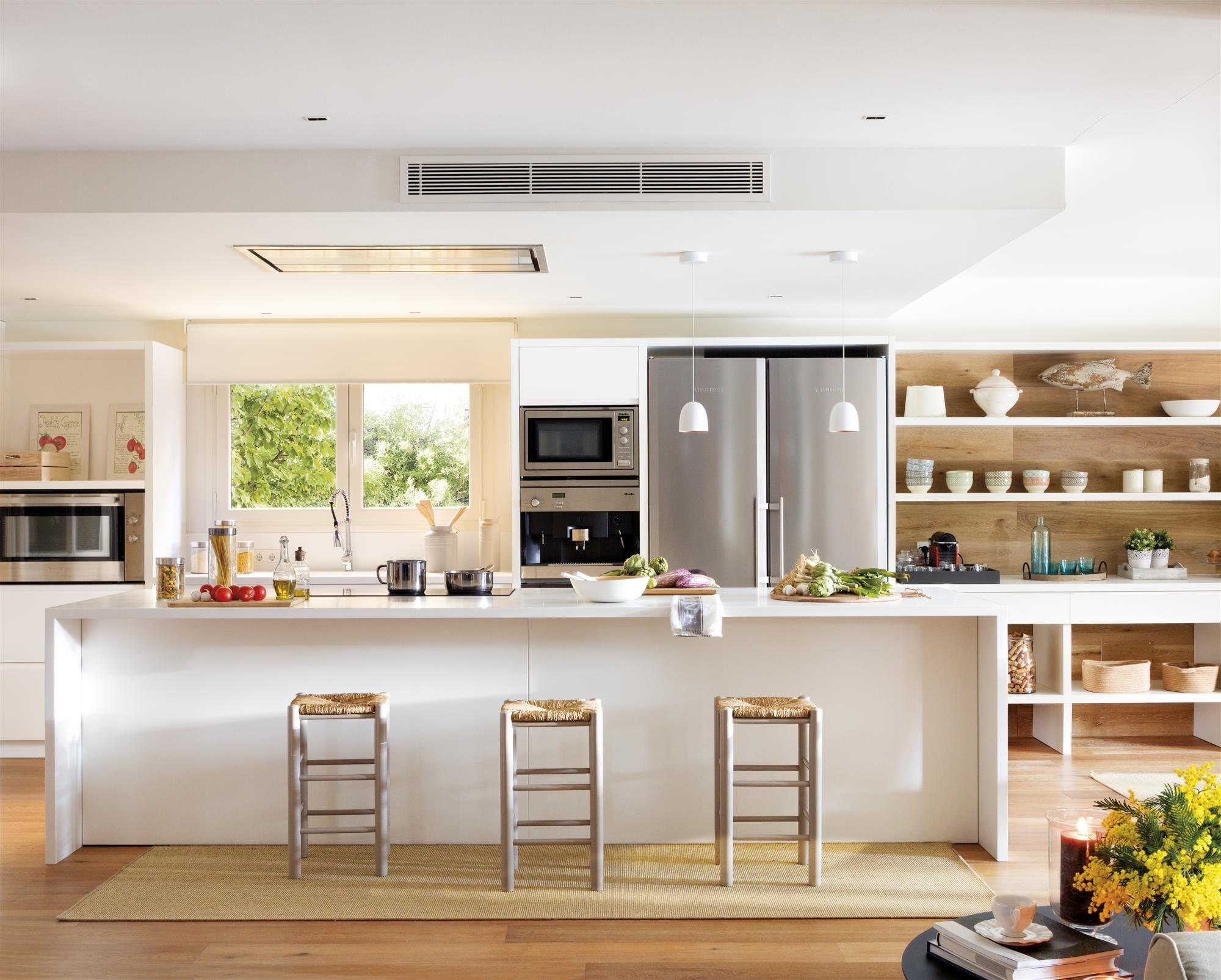 00460954.jpg. Cocina con isla y taburetes y una estantería en el ...