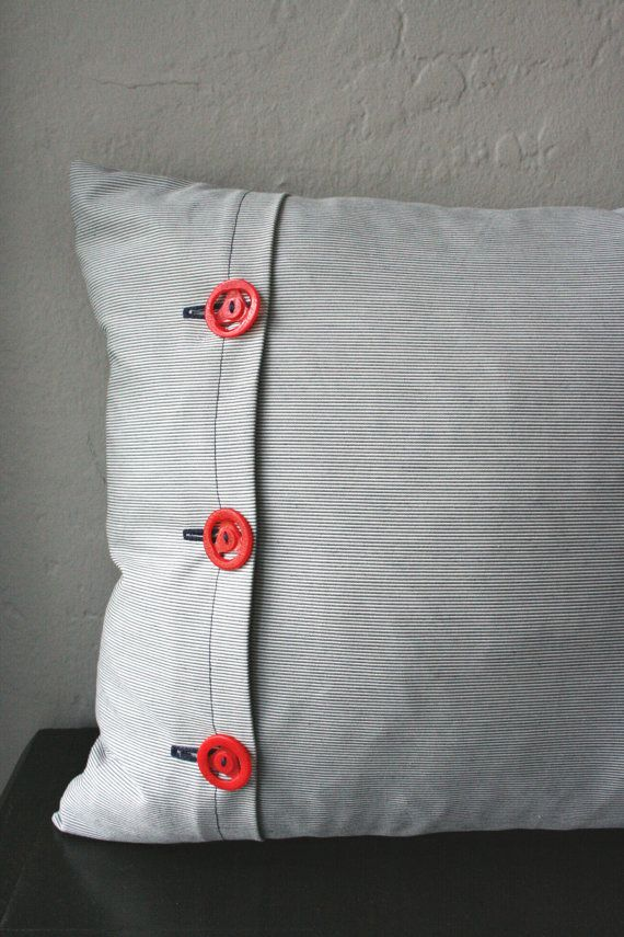 Cute Envelope Style Pillow Cover With Vintage Buttons Fronhas