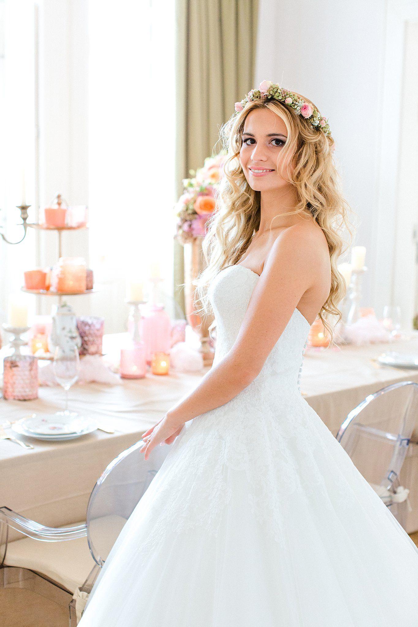 Eine wunderschne Braut mit sem Blumenkranz im Haar ein