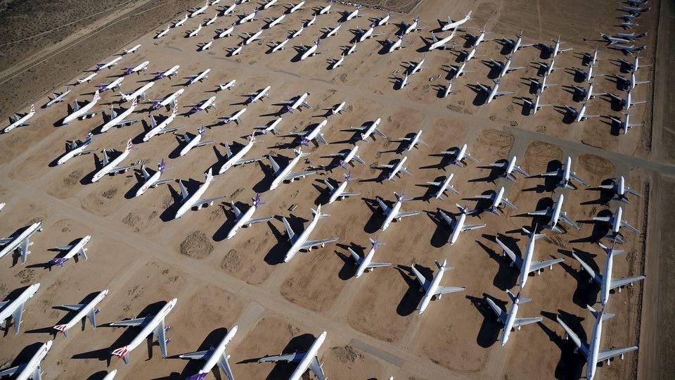 """O Aeroporto de Victorville, nos Estados Unidos, funciona como """"cemitério"""" de aviões """"reformados"""".  Localizado na Califórnia, já foi outrora utilizado como base da Força Aérea norte-americana. Na década de 90, foi transformado em aeroporto logístico. Serve atualmente como estacionamento de aeronaves comerciais fora de uso."""
