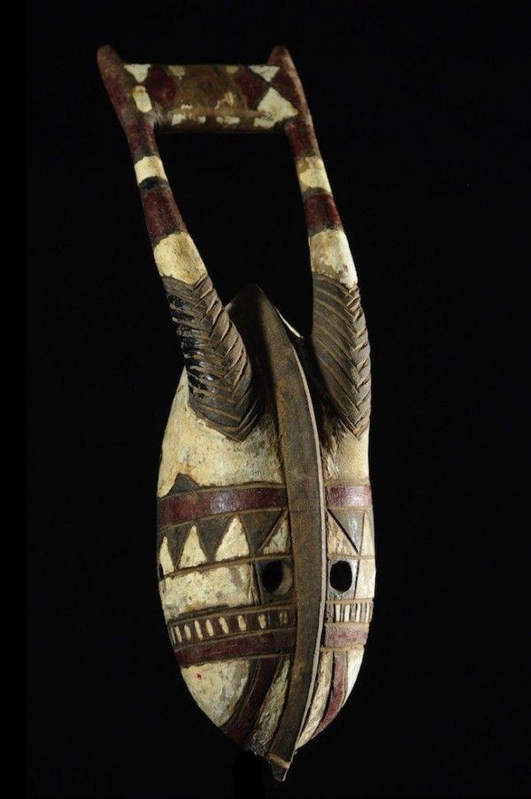 """La dénomination """" Gurunsi """" a été employée à tort jusqu'à aujourd'hui pour désigner un ensemble d'ethnies distinctes qui vivent au Sud-ouest du plateau Mossi. Comme les Mossi, ils sont originaires du Nord Ghana. Sous ce terme sont regroupés les Nuna (habitant au Sud-est du Mouhoun), Nunuma (qui occupent le Nord-ouest de la Volta Noire), Winiama, Léla, Sisala, Kaséna, Nankana, Kusasé."""