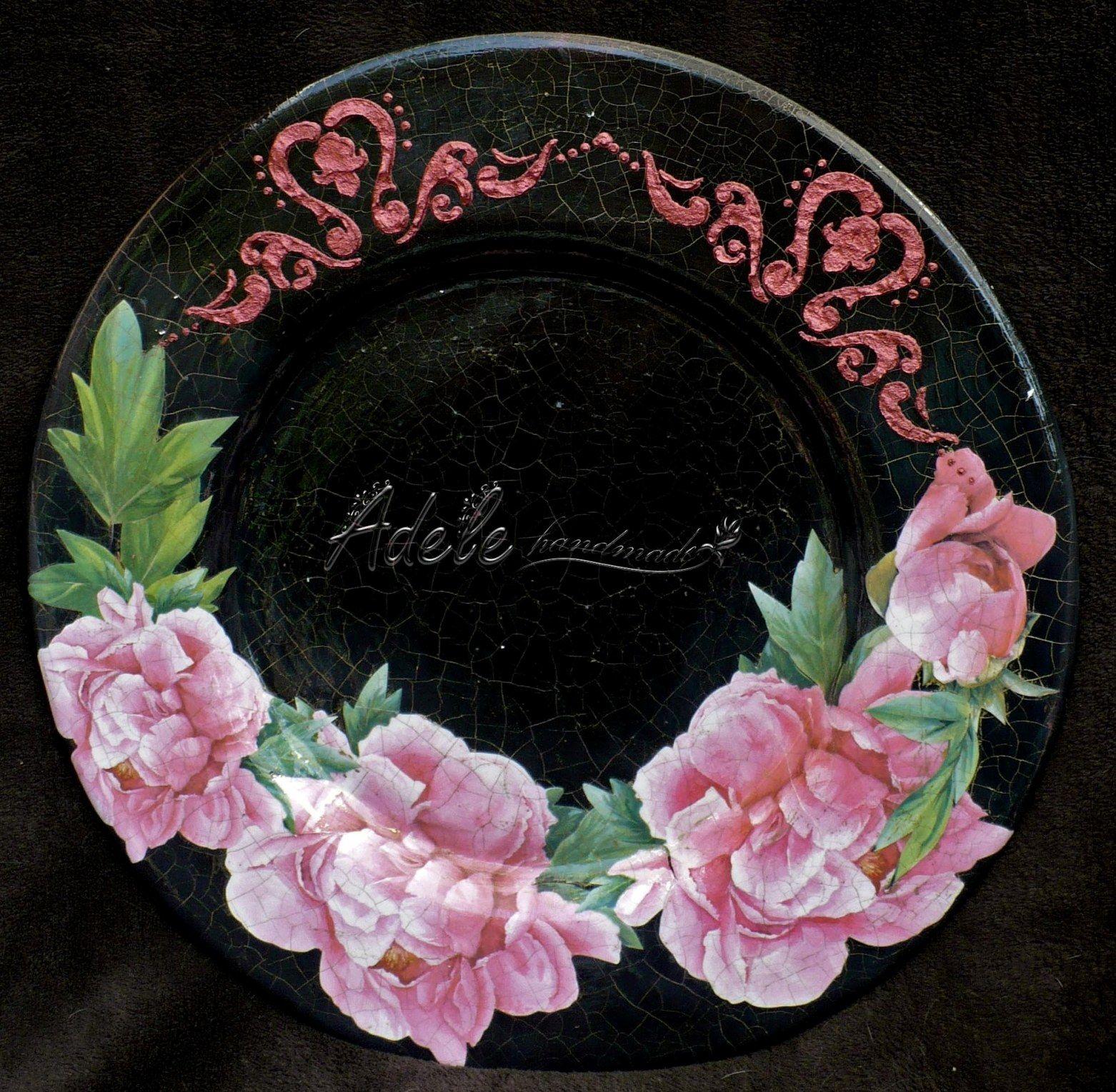 A beautiful underplate made with Decoupage Calambour paper CAL 85 by Adele Marano. Un bellissimo sottopiatto realizzato con la carta da decoupage Calambour CAL 85 da Adele Marano.