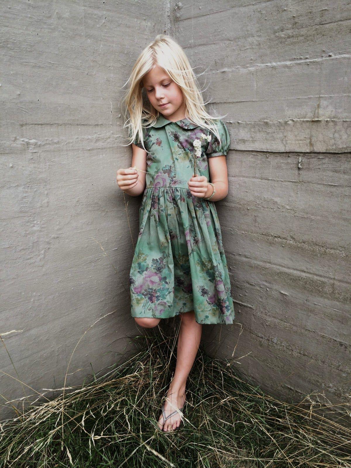 Jeg har lavet ny kjole til Syskolen.  Her kan du bl. a. lære at sy krave, rynk, pufærmer, kantebånd og usynlig lynlås   Jeg er ved at have u...