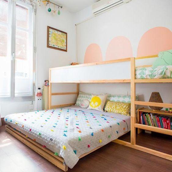 hochbett und doppelbett im geteilten kinderzimmer platzsparend f r kleine kinderzimmer f r zwei. Black Bedroom Furniture Sets. Home Design Ideas