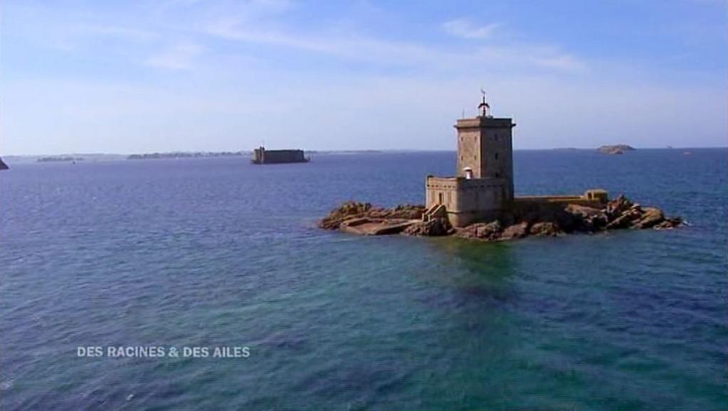 Tweet DesRacinesEtDesAiles @drda_officiel : Phare de l'Ile Noire en Baie de Morlaix #MagnifiqueFrance #DRDA
