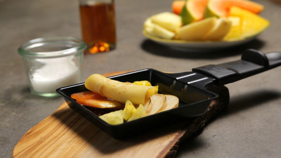 Mini Crepe mit flambierten exotischen Früchten aus dem Raclette.