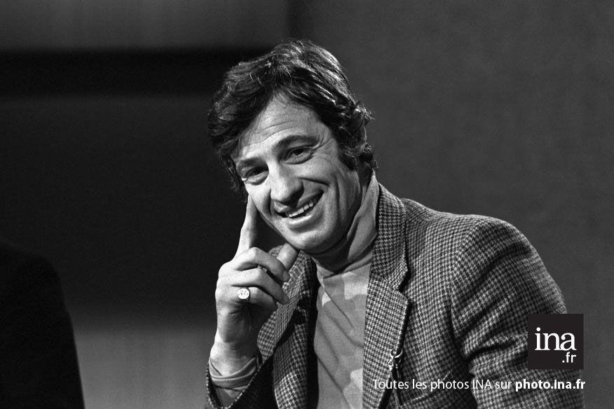 """Portrait de Jean Paul Belmondo sur le plateau du journal télévisé """"Télé soir"""", 1970"""