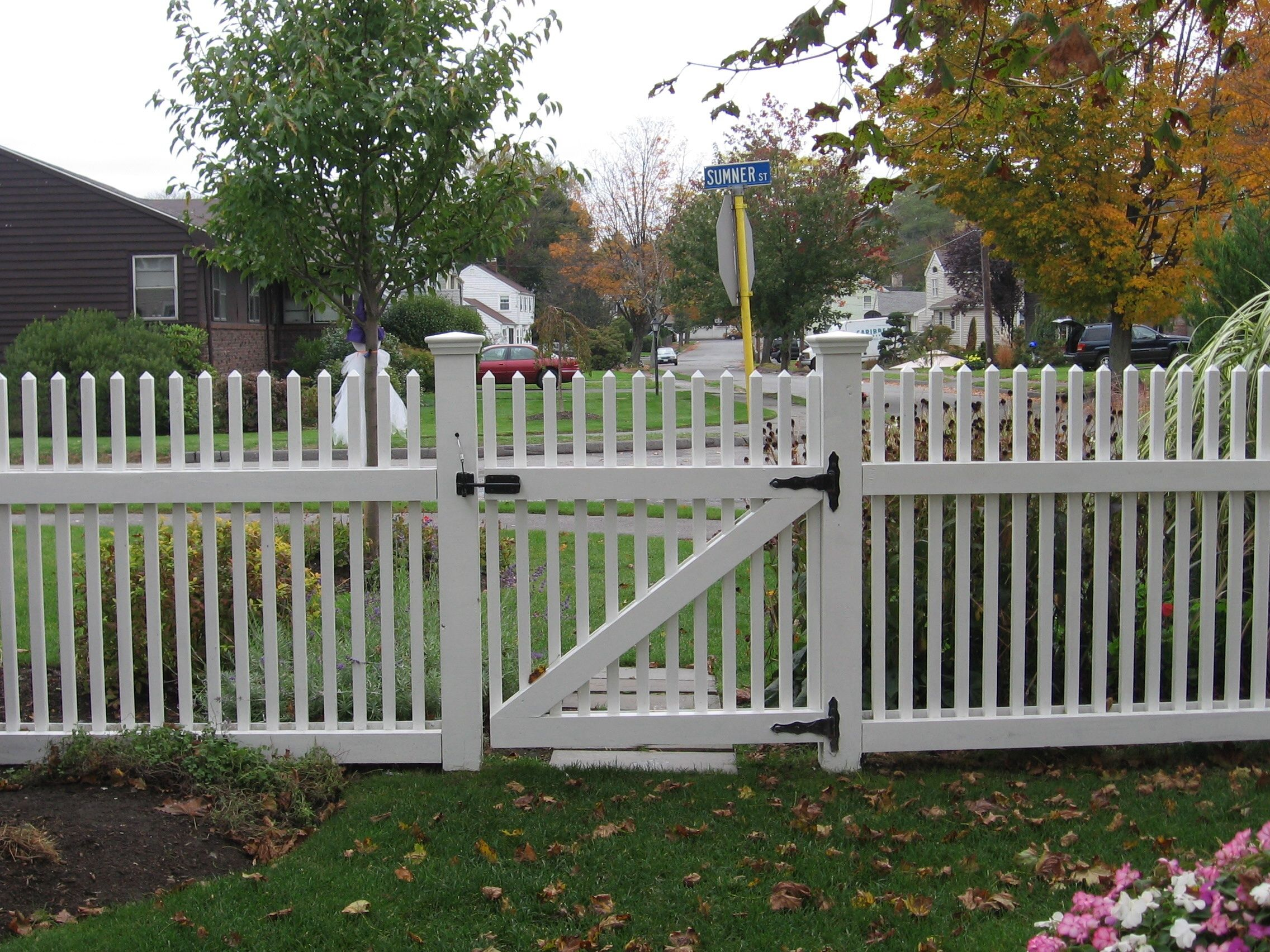 picket fence designs are made in order to put in yard of. Black Bedroom Furniture Sets. Home Design Ideas