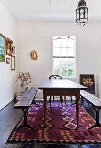 moderno design interior da sala de jantar branca rústica com tapete rosa