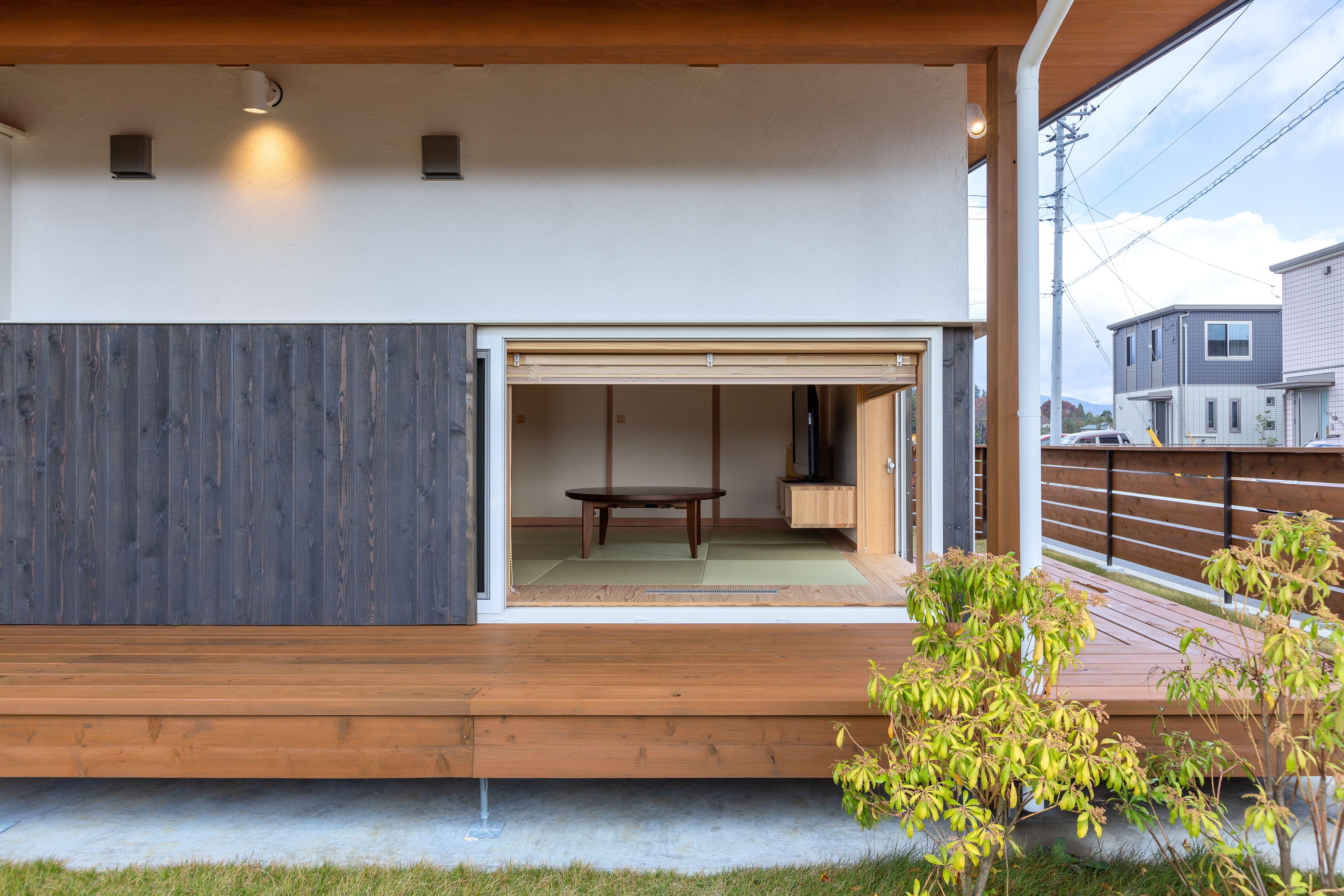 この家のシンボルの縁側は 和室の地窓とl型に繋がっている 家