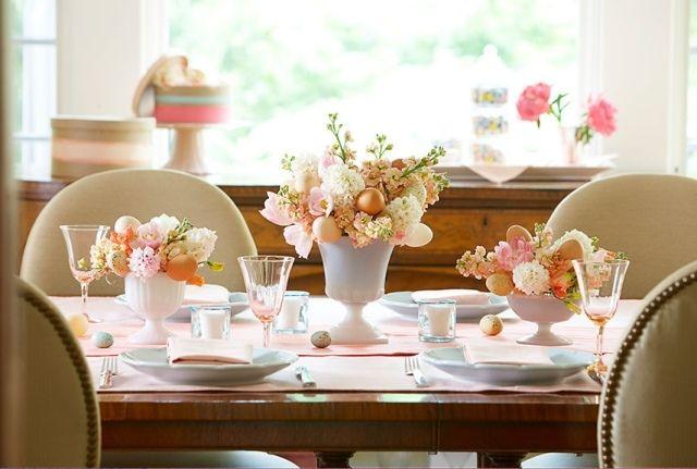 osterdekoration tisch blumen eier rosa farben porzellan vasen