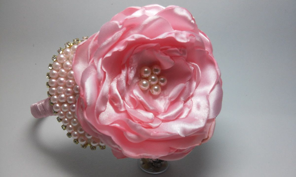Lindo arco flexível encapado com fita cetim rosa, flor em cetim rosa, laço em pérolas na cor rosa miolinho com pérolas . As Princesas vão arrasar com este lindo acessório. <br> <br>Confeccionamos em outros modelos, combinações. <br>Confeccionamos modelos exclusivos conforme solicitação do comprador. <br> <br>Para consultar prazo de confecção, prazo e formas de envio, consulte o vendedor através do canal de perguntas do Elo7.