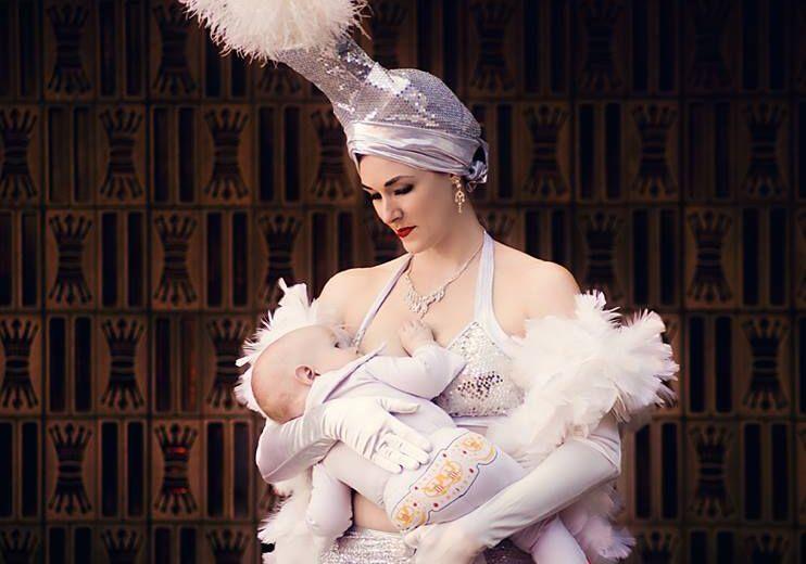 Mulher amamentando com roupa de trabalho - Esta mãe faz show em Las Vegas.