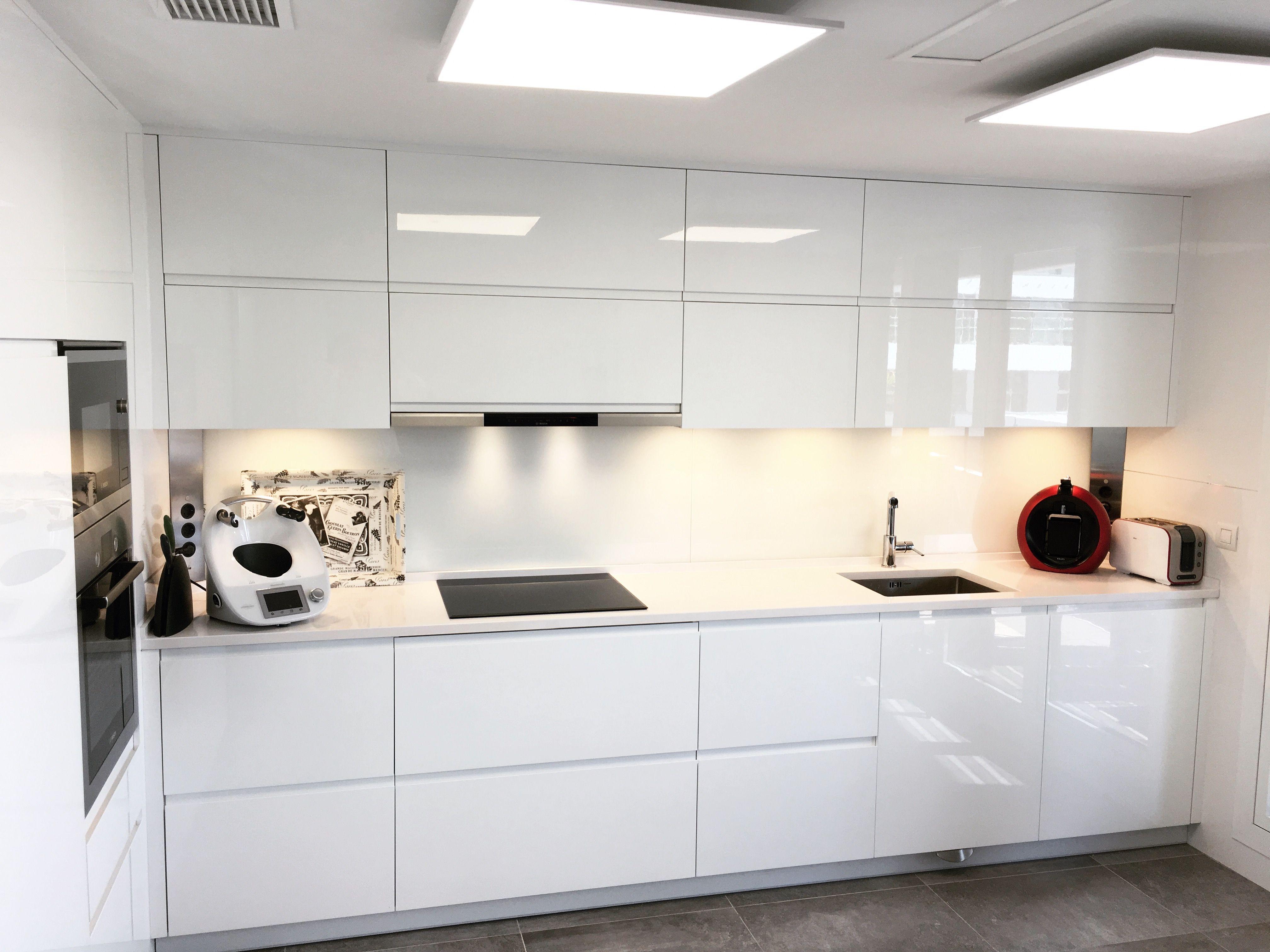 Cocina Lacada En Blanco Brillo Puertas Sin Tiradores Con Unero Hecho En Los Frentes Encim Decoracion De Cocina Moderna Decoracion De Cocina Diseno De Cocina