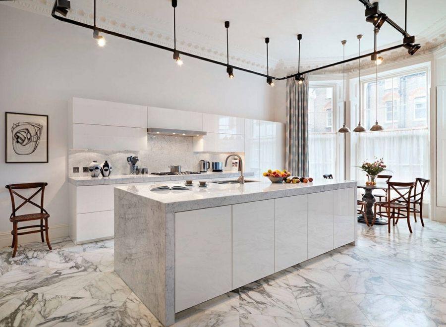 moderne küche einrichten mit marmor kücheninsel und küchenrückwand ...