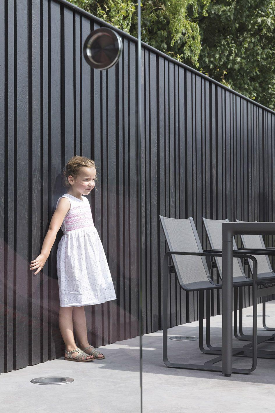 project staelens afgewerkt met een houten verticale gevelbekleding van hotwood essen en black. Black Bedroom Furniture Sets. Home Design Ideas