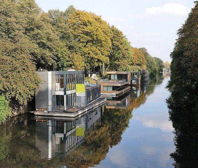 9808 Eilbeker Kanal Grenze Zu Barmbek Sud Wohnschiffe Am Ufer Des Kanals Hausboote In Hamburg Eilbek House Boat Floating House Waterfront Property