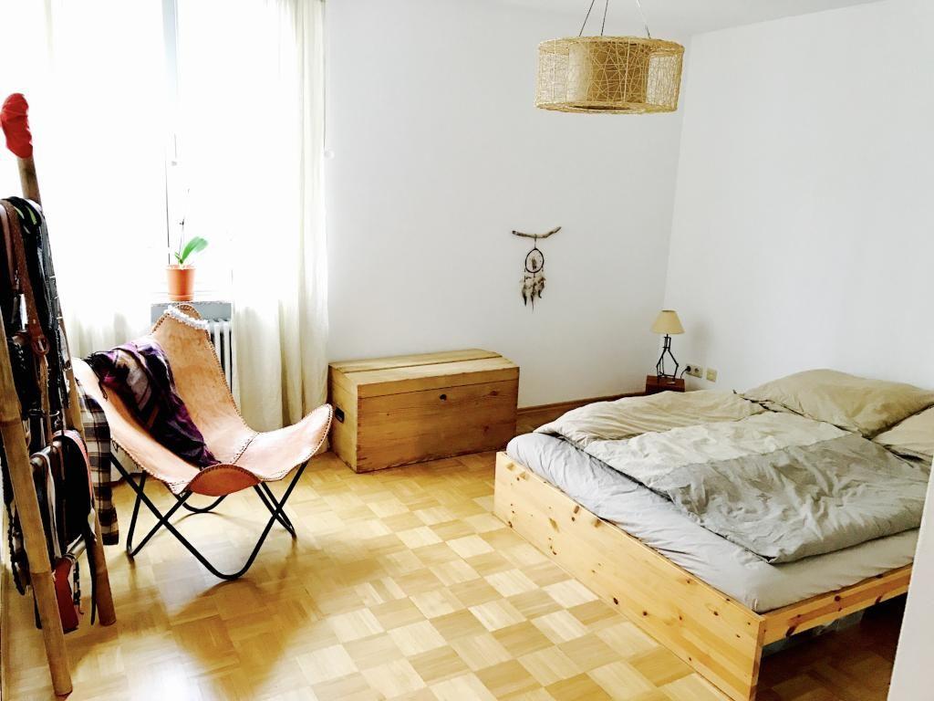Schones Wg Zimmer Mit Holzmobeln Und Gemutlichem Stuhl Wgzimmer Einrichtung Bedroom Interior Homeinterior Homedecor Munchen Haus Deko Wg Zimmer Zuhause