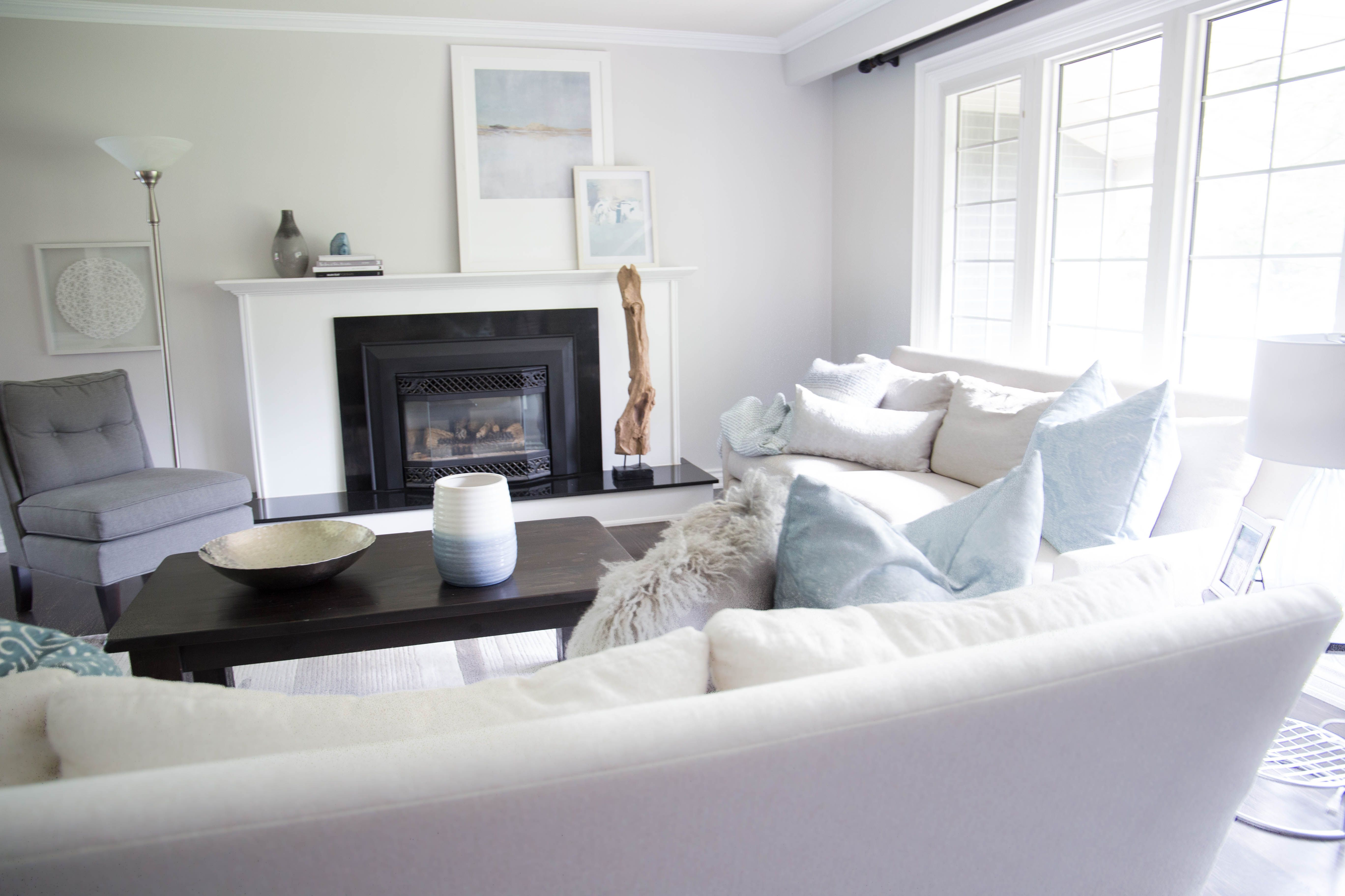 Beautiful white and bright living room with teal accents by Karin ...