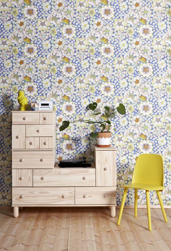 Wallpaper Eldblomma New by Svenskt Tenn. Styling image by Susanna Vento, found at Kleurinspiratie.nl