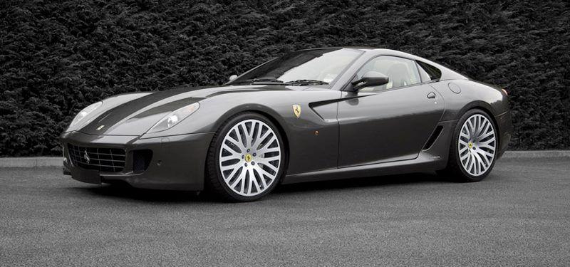 """El nuevo Ferrari 599 GTB acelera de 0 a 100 km / h en 3,7 segundos y alcanza una velocidad máxima de más de 330 km / h. El coche toma su nombre de el Ferrari Fiorano circuito utiliza para perfeccionar el desempeño de su pista y los coches de carretera. """"GTB"""" significa Gran Turismo Berlinetta, después de que los berlinettas Ferrari más famosos jamás construido, y '599 'es el desplazamiento del motor V12 dividido por 10. Etiquetar foto"""