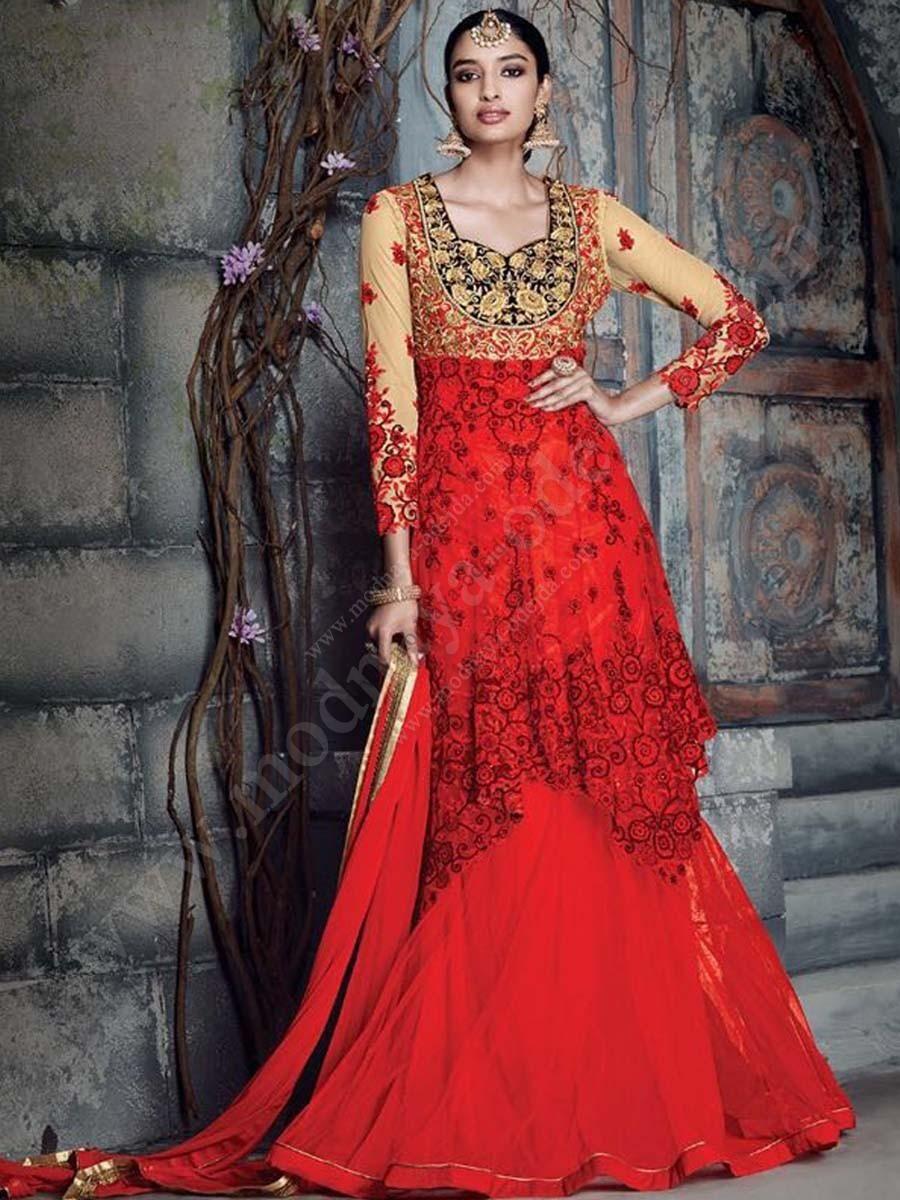 Красное длинное платье в пол, с рукавами три четверти, украшенное вышивкой скрученной шёлковой нитью