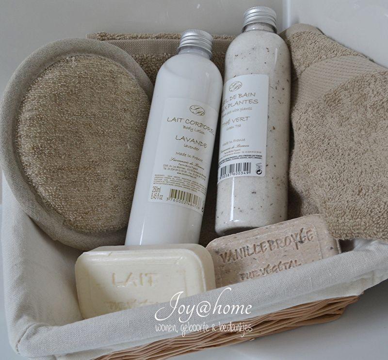 Mandje met badkamer artikelen | Badkamer | Joy@home | Badkamer ...