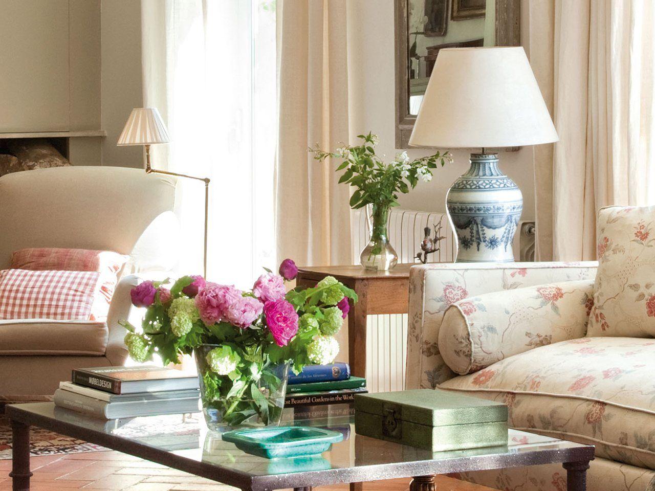 Ideas y consejos para decorar la mesa de centro elmueble for Como decorar una mesa baja de salon