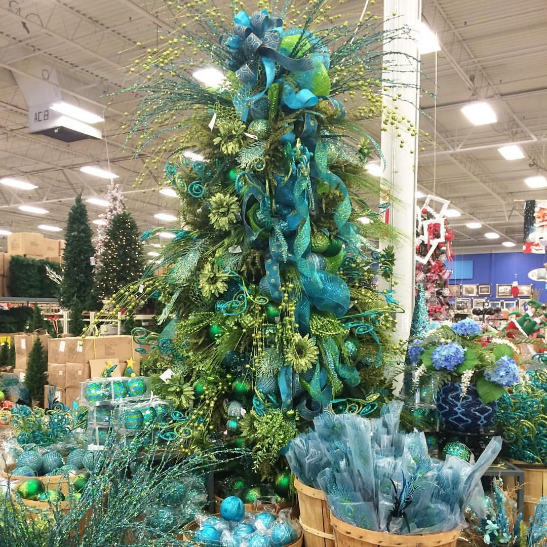 What color theme do you use for your Christmas tree? I spotted this ...