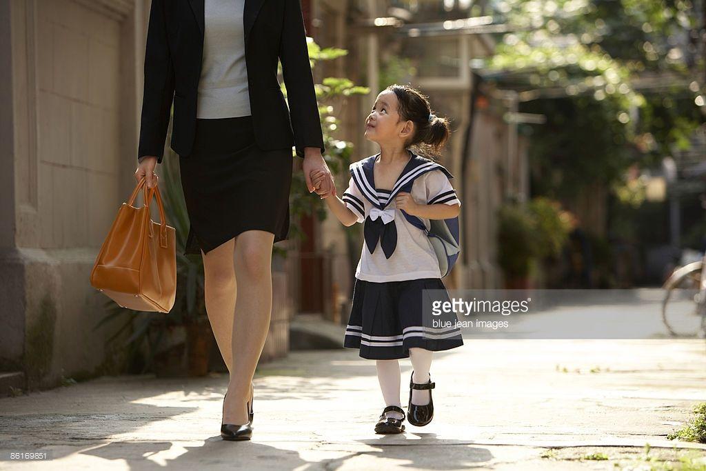 ストックフォト : A parent and child on the way to school in the morning