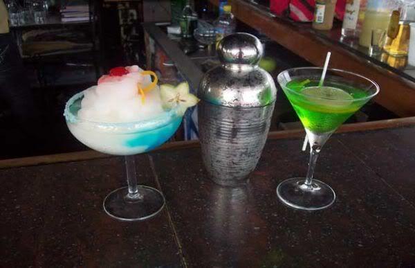 Aquí va mi propia receta del Apple Martini  que hago en Kayuco:                                 1 1/2 onz Vodka Manzana                 3/4 onz   Apple Pucker                                     1/4    ginebra.  En un vaso mezclador con hielo, se agitan todos los ingredientes y se decanta sin el hielo en una copa de Martini fría, se adorna con una rodaja de manzana!!!!  es FABULOSO!!!!!