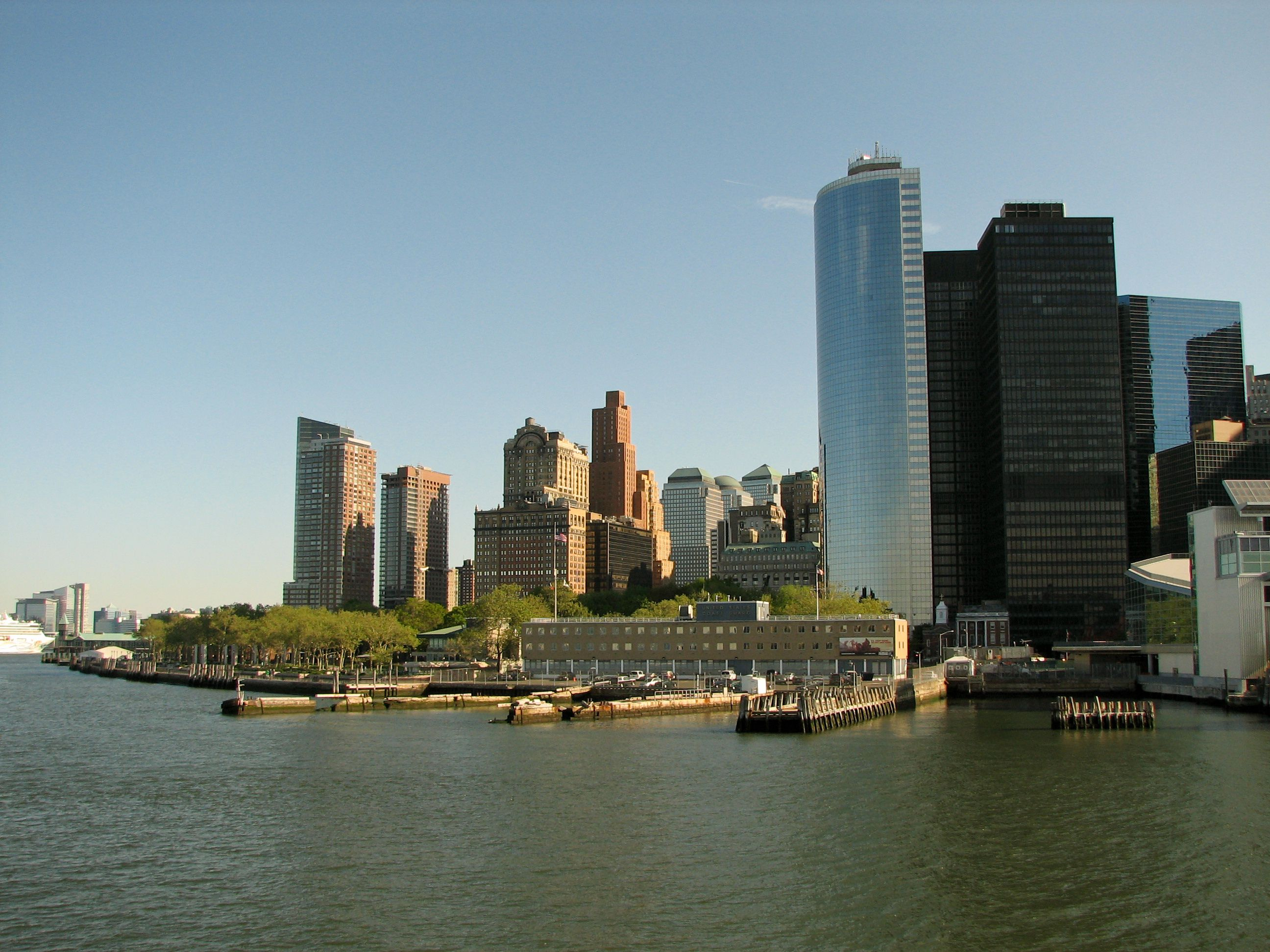 New_York_City_South_Ferry_Terminal_and_Battery_Park.jpg (2592×1944)